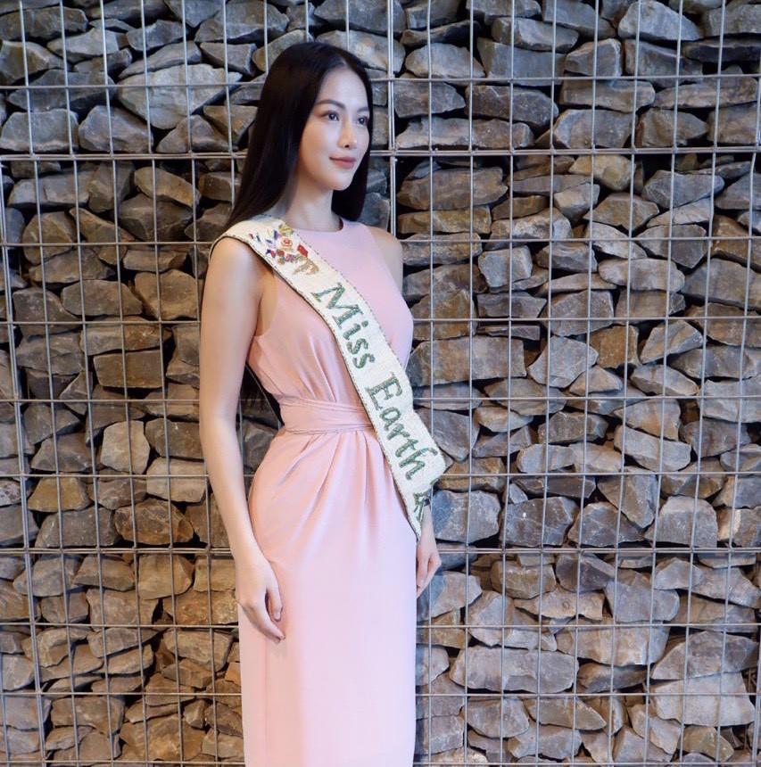 'Chất chơi' như Hoa hậu Phương Khánh, được bưu điện Malaysia phát hành tem để tôn vinh 1