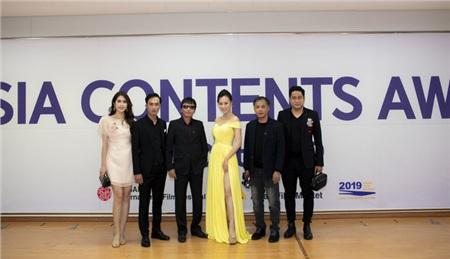 Phương Oanh cùng ekip phim Quỳnh búp bê và vợ chồng Minh Tiệp.