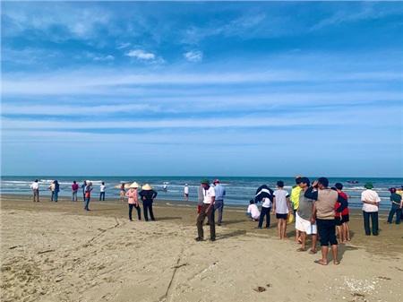 Khoảng 14h ngày 28/2, người dân xã Cương Gián (huyện Nghi Xuân, Hà Tĩnh) bất ngờ phát hiện một xác cá voi rất lớn bị chết trôi dạt vào bờ biển của xã này.