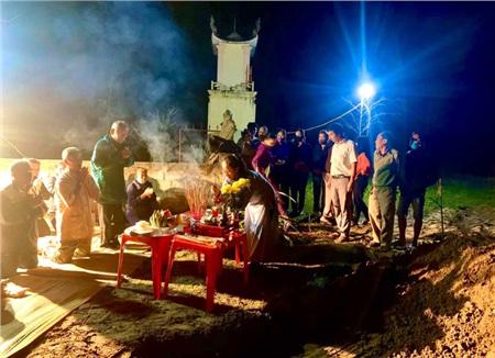 Người dân làm mâm cơm, lập bàn thờ thắp hương khi chôn cất cá.
