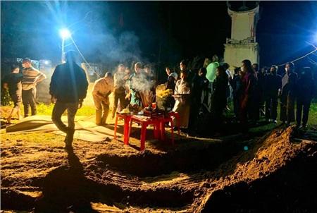 Rất nhiều người dân đến để thắp hương, vái lạy trước mộ cá.