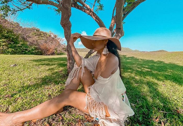 Mũ cói, hoa tai và áo choàng tua rua là cách ca nương Kiều Anh sử dụng để mang đến phong cách boho, đồng thời chống chọi cái nắng gay gắt miền biển.