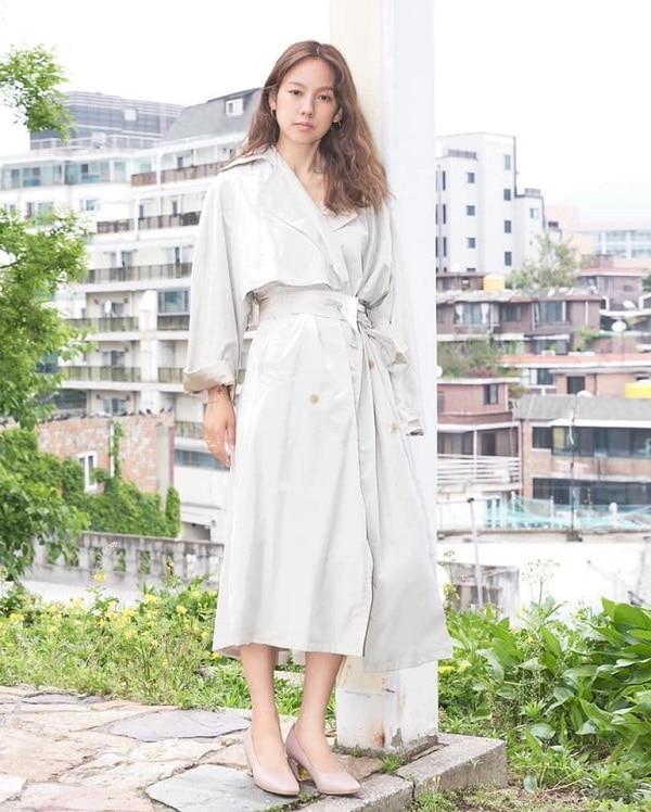 Biến hóa thành quý cô thanh lịch với áo choàng măng tô màu trắng xám phối cùng đôi dép búp bê cùng tone màu