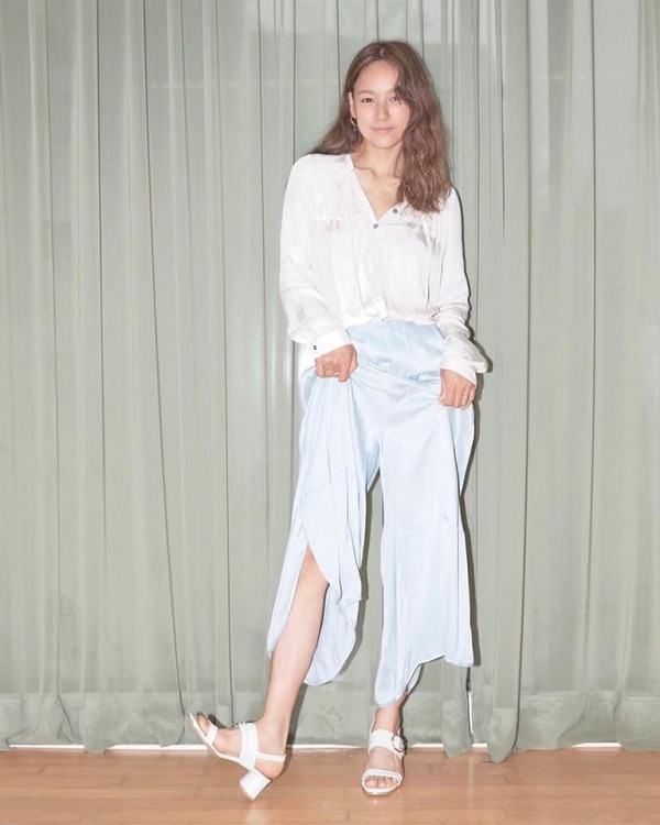 'Nữ hoàng gợi cảm Kpop' nữ tính và đáng yêu trong set đồ pastel với chất liệu vải silk mát mẻ rất hợp với khí hậu mùa hè. Áo sơ mi mỏng nhẹ trắng tinh khôi mix cùng quần dài silk màu xanh pastel ngọt ngào