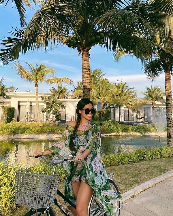 Em chồng Hà Tăng chứng tỏ gu thời trang 'mặn mà' của mình, hết lăng xê họa tiết baroque của nhà mốt Versace, cô nàng tiếp tục bắt sóng với trang phục 'đậm chất' nhiệt đới hoa lá cành của nhãn hàng D&G