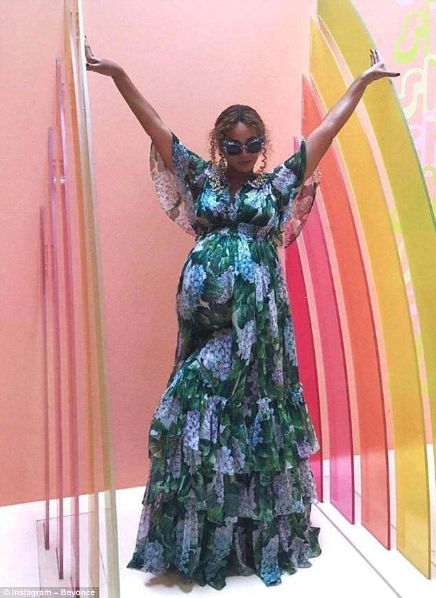Kendall Jenner, em chồng Hà Tăng chuộng kiểu váy hoa 'bung nở' xa xỉ 4