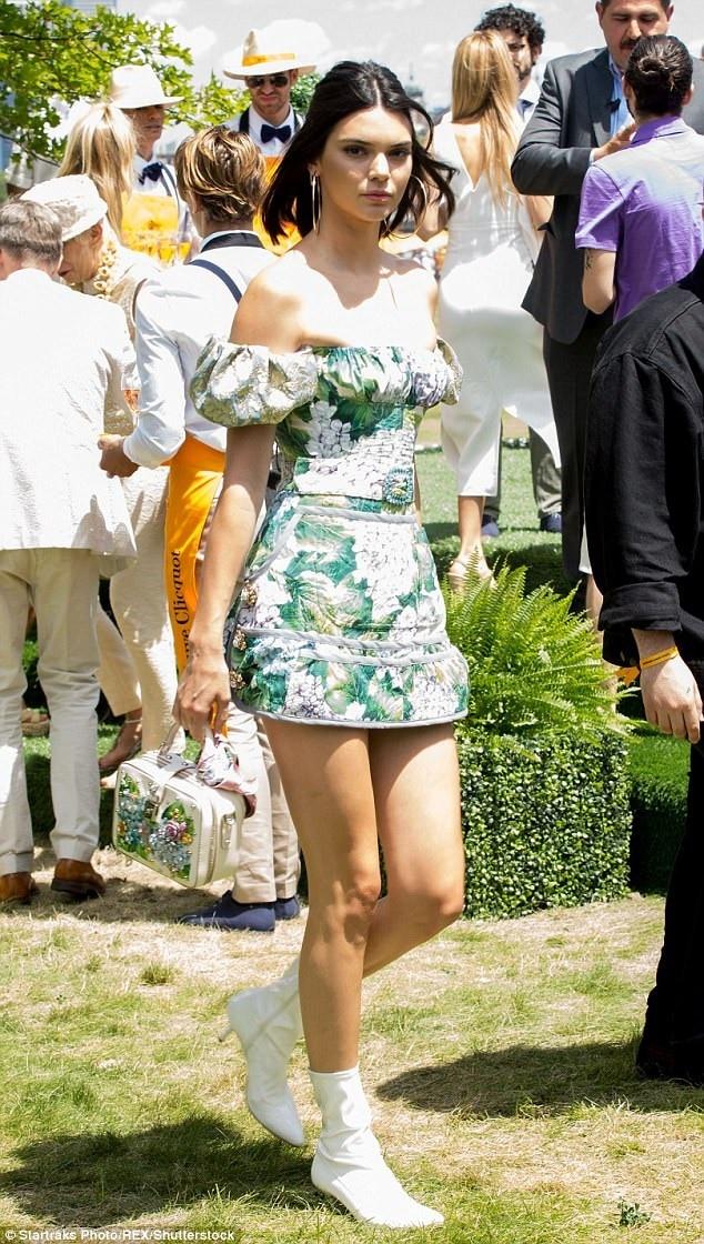 Chân dài triệu đô còn kết hợp túi xách cùng tone với kiểu váy mà mình đang mặc trên người, chính dáng váy và họa tiết rực rỡ này giúp Kendall nổi bần bật trong bữa tiệc