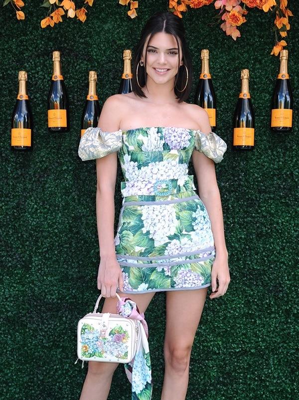 Kendall Jennner đến tham dự một sự kiện trong kiểu váy ngắn ôm dáng , trễ vai nhưng họa tiết không khác gì của Beyonce từng mặc ,đây cũng là thiết kế của nhà mốt Ý đình đám