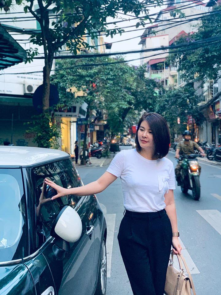 Trong thực tế, Kim Oanh có gu thời trang khá ổn áp. Chằng cần ăn vận cầu kỳ như trong phim, chỉ cần diện áo thun trắng và quần âu là cô đã có bộ cánh vừa trẻ trung lại vừa thanh lịch.