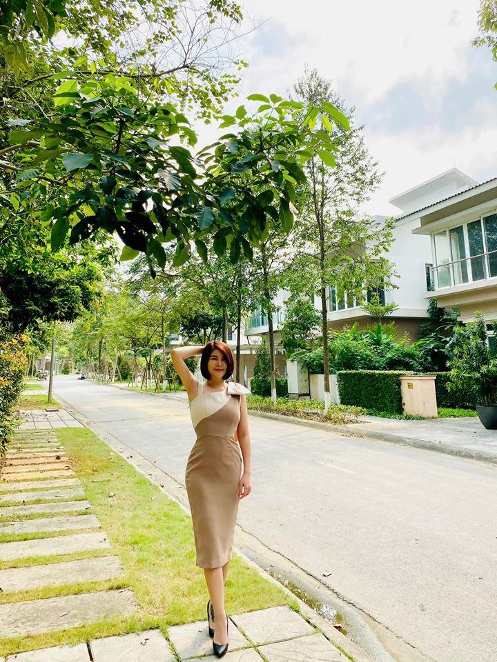 Những bộ cánh dáng suông rộng trên phim cũng đã che khuất vóc dáng gợi cảm của Kim Oanh. Ngoài đời chỉ cần diện váy dáng ôm, màu sắc nhã nhặn chút đỉnh là cô đã vô cùng ưng mắt, style khiến bao chị em công sở muốn học theo tức thì.