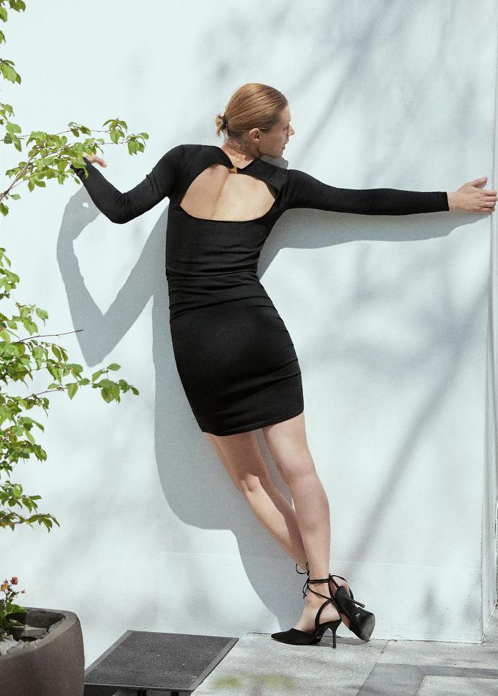 Diện bộ đầm ôm sát gợi cảm, lại áp sát vào tường, có trời mới biết được thiết kế ấy như thế nào.