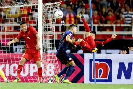Quang Hải (bìa phải) trở thành cầu thủ xuất sắc nhất trận bán kết lượt về