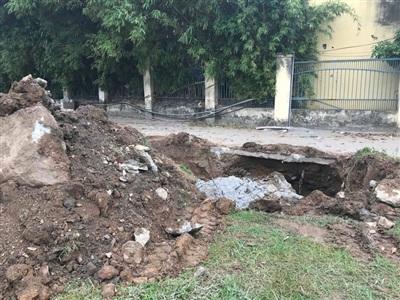 Một chân cột bê tông được đào ở vị trí khác