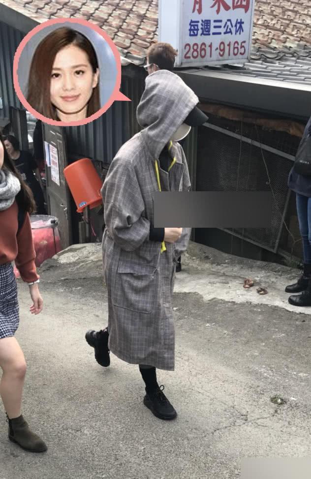 Khi phát hiện bị chụp hình, Lưu Thi Thi nhanh chóng kéo áo che bụng.