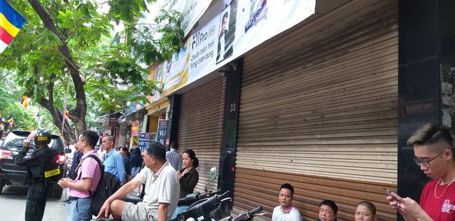 Hà Nội: Cận cảnh công an đang khám xét, sau đó rời khỏi cửa hàng điện thoại Nhật Cường 0