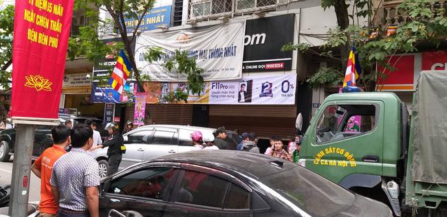 Hà Nội: Cận cảnh công an đang khám xét, sau đó rời khỏi cửa hàng điện thoại Nhật Cường 2