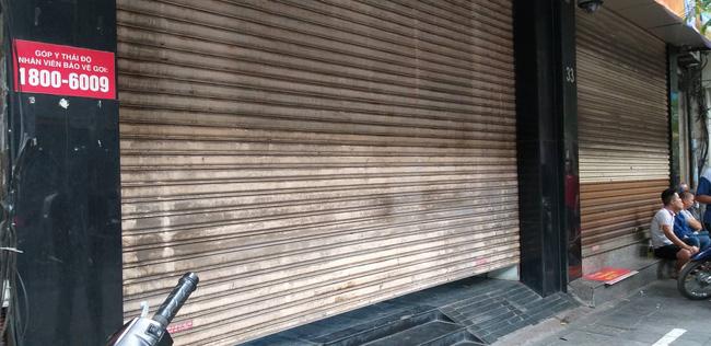 Hà Nội: Cận cảnh công an đang khám xét, sau đó rời khỏi cửa hàng điện thoại Nhật Cường 5