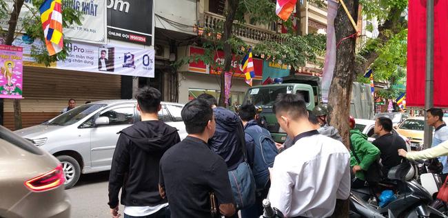 Hà Nội: Cận cảnh công an đang khám xét, sau đó rời khỏi cửa hàng điện thoại Nhật Cường 7