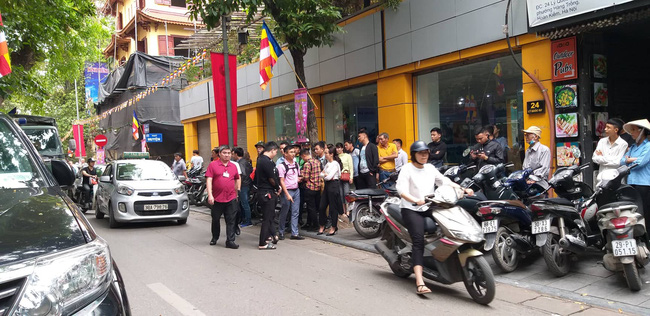 Hà Nội: Cận cảnh công an đang khám xét, sau đó rời khỏi cửa hàng điện thoại Nhật Cường 8