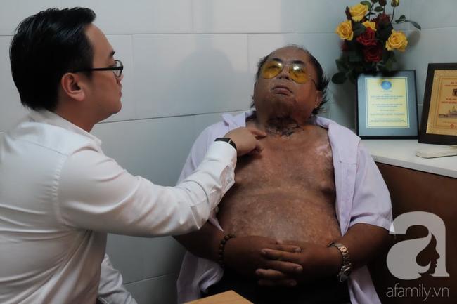 Bác sĩ Phan Minh Hoàng thăm khám cho bệnh nhân.