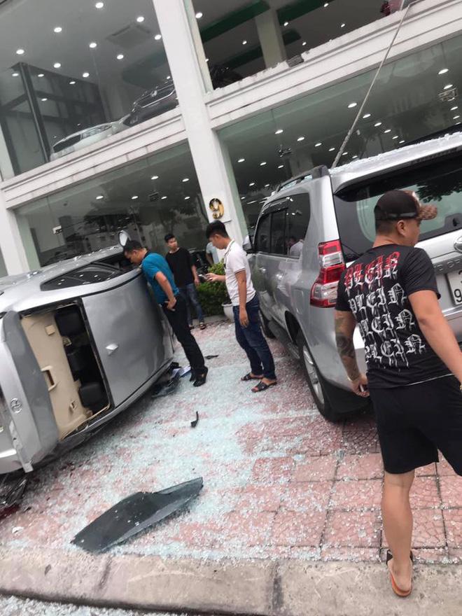 'Bay' từ tầng 2 showroom xuống, chiếc Vios khiến 2 ô tô dưới đất gặp họa 1