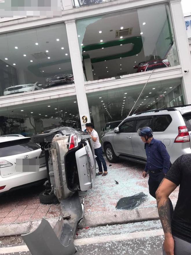 Hiện trường vụ xe Vios 'bay' từ tầng 2 showroom xuống dưới đất.