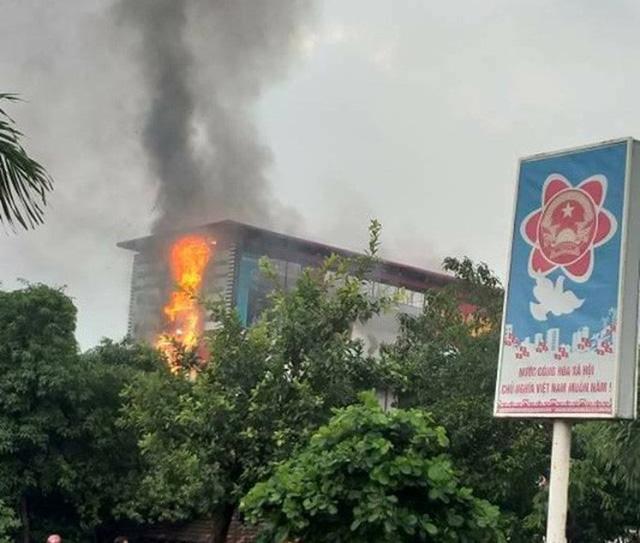 Cháy lớn tại siêu thị điện máy Dũng Loan, ngọn lửa bốc lên ngùn ngụt