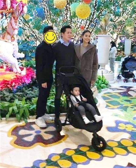 Hình ảnh được cho là Phạm Hương chụp cùng với bố của con trai.