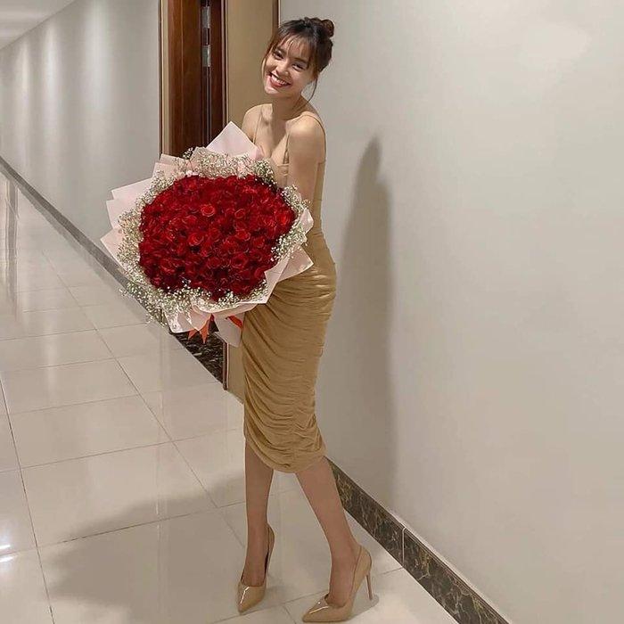 Hậu Valentine, Ninh Dương Lan Ngọc và Chi Dân tiếp tục lộ ảnh giường chiếu trải hoa hồng? 1