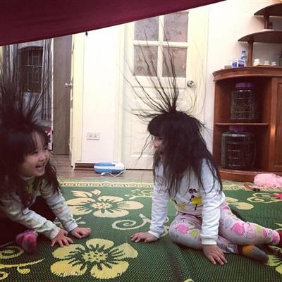Trò chơi 'độc quyền' ngày đông chỉ những gia đình có con gái nuôi tóc dài, bố mẹ 'lầy lội' mới có 1