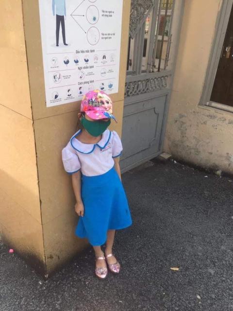 Hình ảnh cháu bé đứng ngoài cổng trường được đăng cùng phản ảnh của phụ huynh trên một diễn đàn