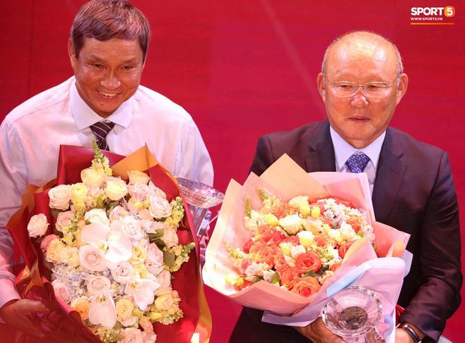 Hai HLV trưởng đội tuyển bóng đá nam và nữ Việt Nam được mời đến để tri ân về những đóng góp với bóng đá Việt Nam.