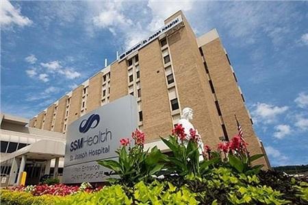 Bố mẹ bé gái ôm cháu trai đến Bệnh việnSt Joseph ở Missouri.