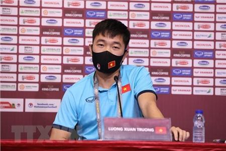 Tiền vệ Lương Xuân Trường phát biểu tại buổi họp báo. (Ảnh: Hoàng Linh/TTXVN)