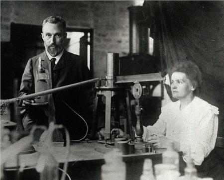 Pierre và Marie Curie làm việc trong phòng thí nghiệm.