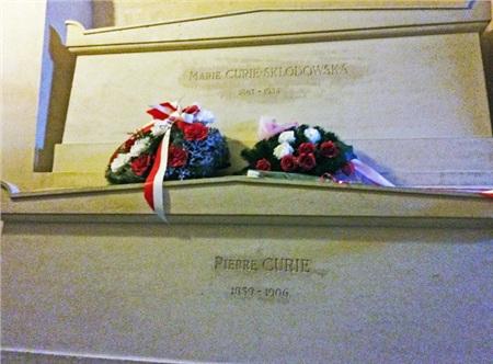 Ngôi mộ kỳ lạ của Marie Curie: Quan tài được lót lớp chì dày 2cm, bất kỳ ai đến thăm cũng phải mặc đồ bảo hộ 6