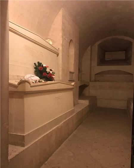 Ngôi mộ kỳ lạ của Marie Curie: Quan tài được lót lớp chì dày 2cm, bất kỳ ai đến thăm cũng phải mặc đồ bảo hộ 7