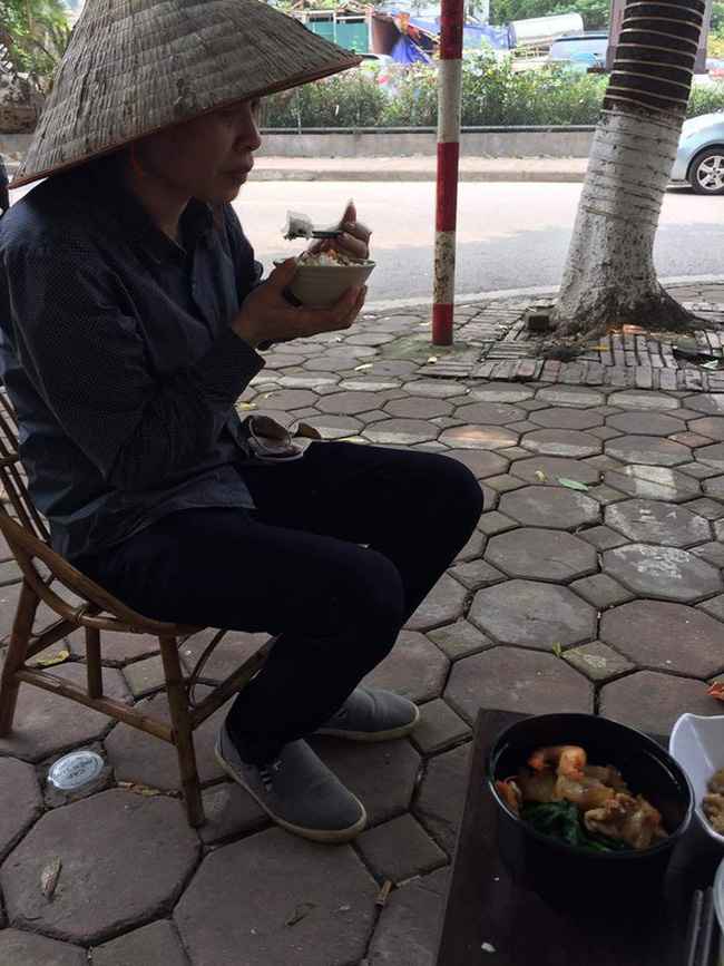 Phải mời mãi, người phụ nữ mới chịu ngồi xuống ăn cơm cùng các bạn thiện nguyện.
