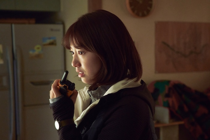 Trailer phim'#ALIVE':Park Shin Hye và Yoo Ah In chiến đấu với lũ zombie cực ngầu 4