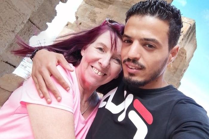 Cô dâu 62 tuổi Isabell Dibble bên cạnh chú rể 26 tuổi Bayram Boussada.