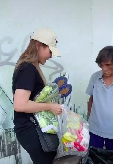 Cô gái xinh đẹp giúp người đàn ông nhặt phế liệu ở Sài Gòn có một ngày như người bình thường, được đi cắt tóc, gội đầu, ăn uống và mua quần áo đẹp 0