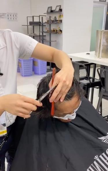 Cô gái xinh đẹp giúp người đàn ông nhặt phế liệu ở Sài Gòn có một ngày như người bình thường, được đi cắt tóc, gội đầu, ăn uống và mua quần áo đẹp 4