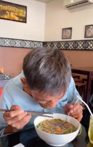 Cô gái đưa người đàn ông ấy đi cắt tóc, đi ăn