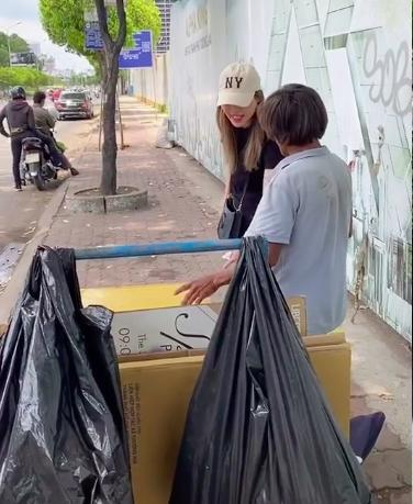 Cô gái xinh đẹp giúp người đàn ông nhặt phế liệu ở Sài Gòn có một ngày như người bình thường, được đi cắt tóc, gội đầu, ăn uống và mua quần áo đẹp 2