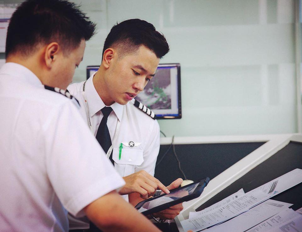 Cơ trưởng trẻ nhất Việt Nam - Quang Đạt tiết lộ những bí mật ít người biết về chi phí học tập và thu nhập siêu 'khủng' của nghề phi công 2