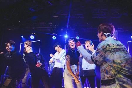 BTS và Halsey trên sân khấu The Voice 2019.