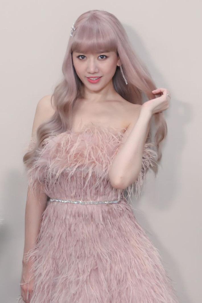 Trong MV này cô ăn diện những bộ trang phục nhiều màu sắc, đội tóc giả sáng màu.