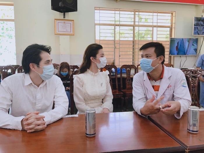 Đông Nhi 'vác bụng bầu' cùng Ông Cao Thắng đến thăm bệnh viện dã chiến Củ Chi: Cặp đôi 'điểm mười' chưa bao giờ khiến fan thất vọng! 1
