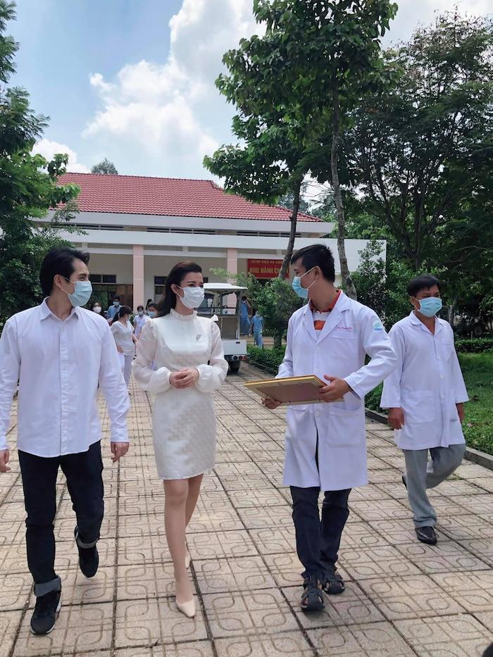 Đông Nhi 'vác bụng bầu' cùng Ông Cao Thắng đến thăm bệnh viện dã chiến Củ Chi: Cặp đôi 'điểm mười' chưa bao giờ khiến fan thất vọng! 3
