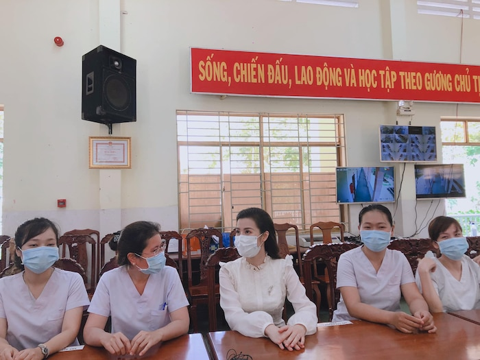 Đông Nhi 'vác bụng bầu' cùng Ông Cao Thắng đến thăm bệnh viện dã chiến Củ Chi: Cặp đôi 'điểm mười' chưa bao giờ khiến fan thất vọng! 2